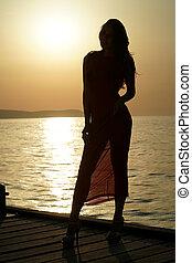 drewniane molo, kobieta, sylwetka