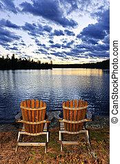 drewniany, krzesła, brzeg, zachód słońca, jezioro