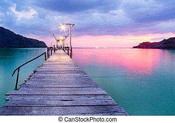 drewniany most, w, przedimek określony przed rzeczownikami, port, na, morze, między, zachód słońca