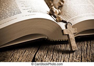 drewniany, różaniec, na, przedimek określony przed rzeczownikami, otwarta biblia