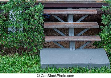 drewniany, schody, z, zielona trawa, w, ogród
