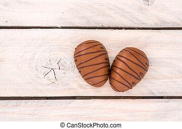 drewniany stół, jaja, czekolada