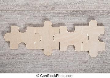 drewniany stół, kawały wyrzynarki