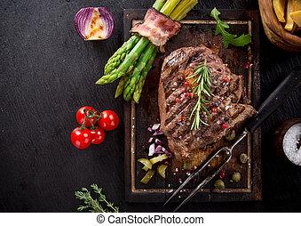 drewniany stół, stek, wołowina