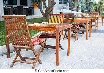 drewniany stół, z, krzesło, w ogrodzie