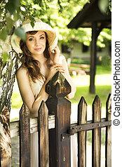 drewniany, szczęśliwa kobieta, płot, nachylenie