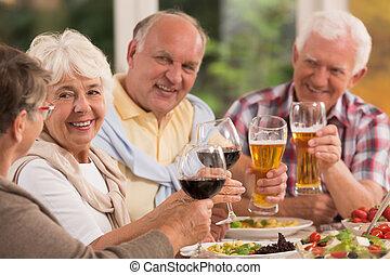 drickande, vänner, öl, äldre, lycklig