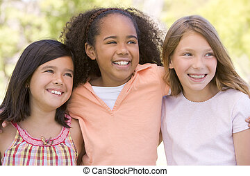 drie, jonge, buitenshuis, het glimlachen, vrienden, meisje
