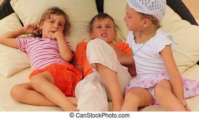 drie kinderen, het liggen, op, hoofdkussens, op het bed, en, klesten