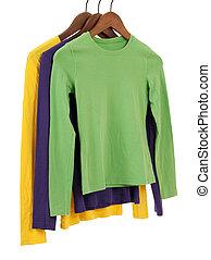 drie, lang, sleeved, overhemden, op, houten, hangers