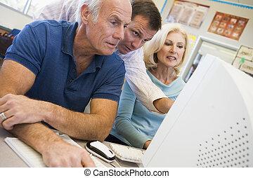 drie mensen, bij computer, terminal