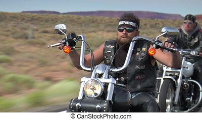 drie, motorrijders, rijden, dons, woestijn, snelweg