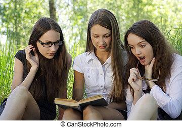 drie, scholieren, leren, samen, buiten
