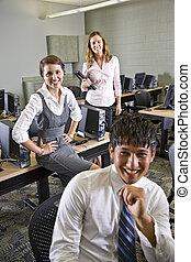 drie, universiteitsstudenten, in, computer labo