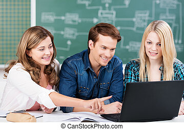 drie, universiteitsstudenten, studerend , samen