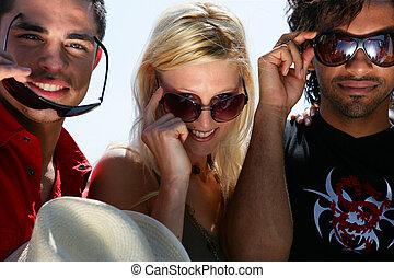 drie vrienden, het dragen van zonnebril, tijdens, stond, met, cabriolet, sportautootje