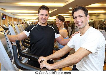 drie vrienden, op, oefeningsfietsen, in, een, gym