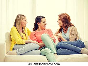 drie, vriendinnen, hebben, een, praatje, thuis