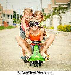 drie, vrolijke , kinderen spelende, op de straat, op, de, dag timen