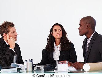 drie, zakenlui, het op elkaar inwerken, in, een, vergadering