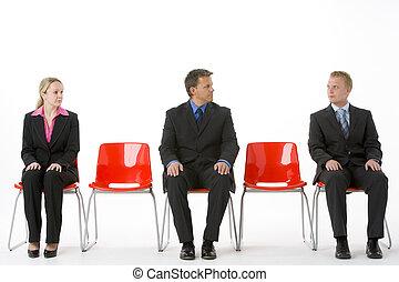 drie, zakenlui, zittende , op, rood, plastic, zetels