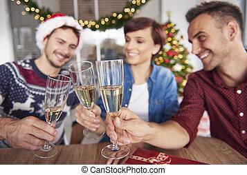drinkende glazen, drie, vasthouden, medewerkers