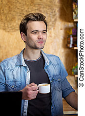 drinkende koffie, man
