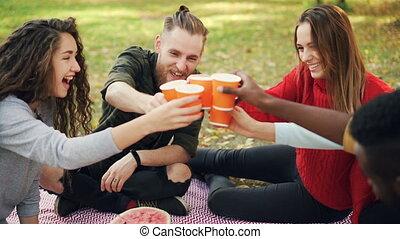drinks., powolny, piknik, park, ludzie, przyjaciele, ...