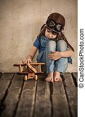 droevig kind, spelend, met, vliegtuig