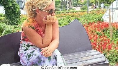 droevige vrouw, zittende , op, de, parkeer bank