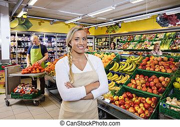 drogheria, commessa, braccia, casse, frutta, attraversato, negozio