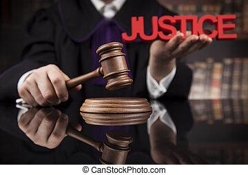 droit & loi, concept, mâle, juge, dans, a, salle audience, frappant, les, marteau