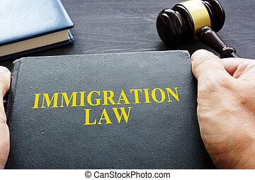 droit & loi, mains, immigration, book., tenue