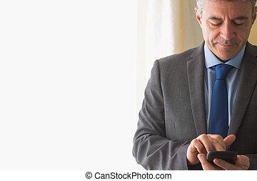 dromen, man, texting, op, zijn, mobiele telefoon