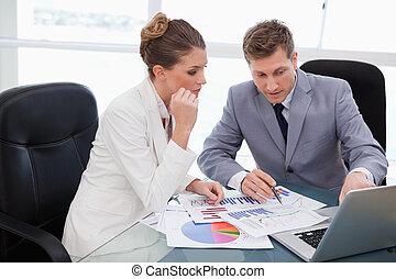 drużyna, analizując, handlowy, analiza rynkowa