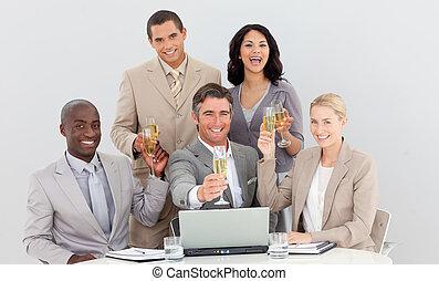 drużyna, handlowy, multi-ethnic, szampan, picie