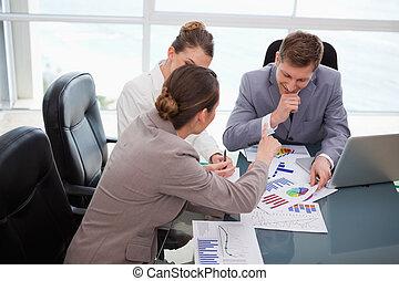 drużyna, na, handlowy, praca badawcza, targ, dyskutując