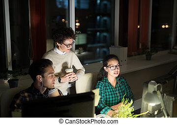 drużyna, noc, młody, pracujące ludzie