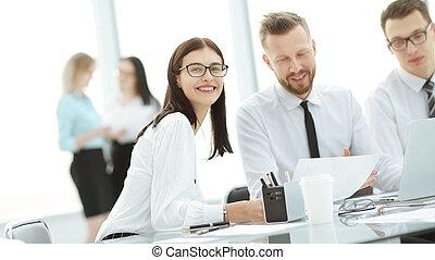 drużyna, od, młody, kierownicy, posiedzenie na stole, w, przedimek określony przed rzeczownikami, handlowy, center.