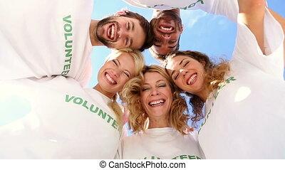 drużyna, uśmiechanie się, zgłasza się na ochotnika
