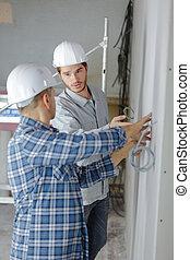 druty, wspinaczka, pracownicy, dwa, umiejscawiać, zbudowanie