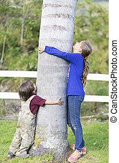 drzewo, dzieci, tulenie, szczęśliwy