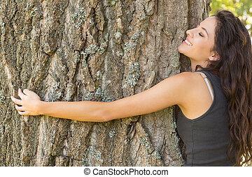 drzewo, zadowolenie, obejmowanie, przypadkowy, brunetka, zamknięte wejrzenie