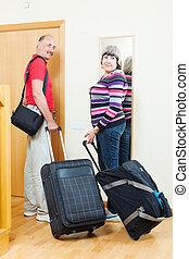 drzwi, bagaż, turyści, dojrzały