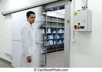 drzwi, pracownik, chłodnia, otwarcie, przemysłowy, młody