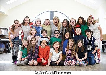 duża grupa, dzieci, nauczyciel, dramat, warsztat, cieszący się, tog