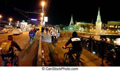 dużo, bicyclists, jazda, na, most, blisko, kreml, w, moskwa
