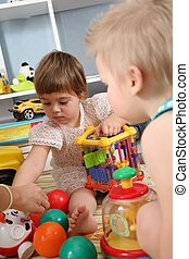 duas crianças, em, playroom, com, plástico, bolas