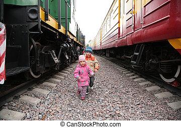 duas crianças, entre, trens