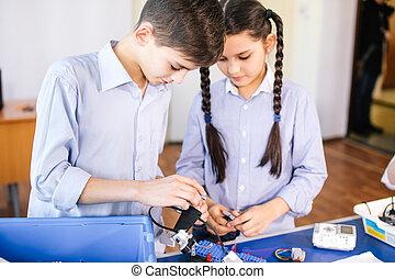 duas crianças, irmão, com, irmã, enaging, em, seu, hobby-constructing, robô, brinquedos